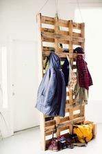 http://www.decoandliving.com/2014/01/ropero-de-palets-para-el-recibidor.html