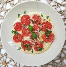 1r.+ Ovesná kaše s rajčaty, bazalkou a parmezánem