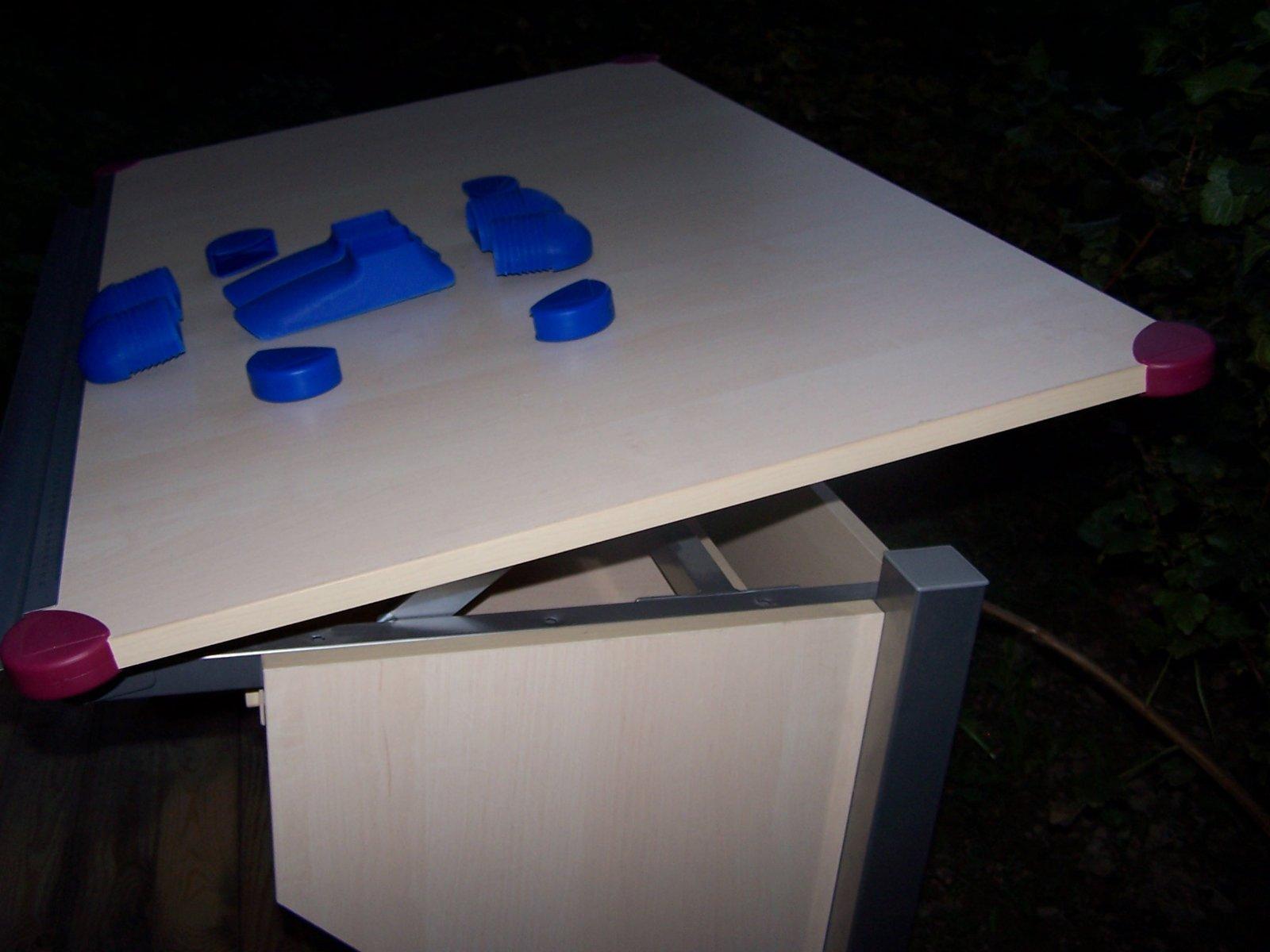 2f0bf9b735c7 ... že má veľkú písaciu a nastavovaciu pracovnú plochu strácame. Mám k nemu  obe farebné doplnky. Predám ho za 50