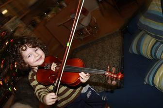 prvýkrát v živote sa dotkol huslí :)