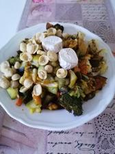 Zelenina na grile s kurkumou, plesnove olomoucke syrecky a arasidove proteinove chrumky