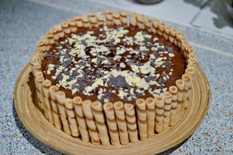 pudingova torta pre dospelych.. dlhe piskody macane v kave s rumom.. stredane s cokopudingom s nutelou z litra mlieka...navrchu hoblinky bielej a tmavej coko:)
