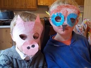chlapci si robili pred casom masky z papierovych tanierov