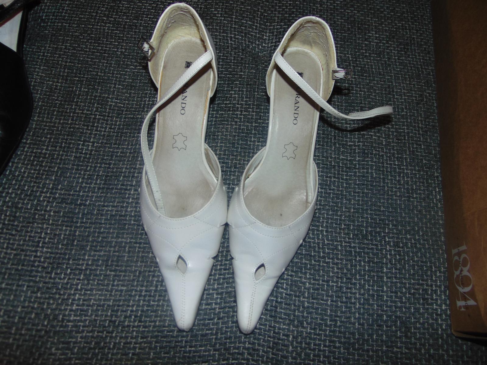 5594116a03e3 Biele topanky