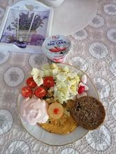 Omeleta s cibuľkou a šampiňónmi, olomoucky syrecek, športový penam chlebík, čerstvá zelenina. Plus zmena za cottage, nová závislosť z lidlu 😍