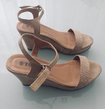 ee86615329 Cena je 8€ vrátane poštovného. Bežové sandále na platforme