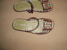 139. hnedé šľapky alebo sandále, 39