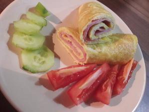Omelete plnená šunkou a syrom so zeleninou