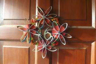 mam rada venceky na dverach.....tak aj nas novy domcek hned dostal jeden....kvety z roliek z toaletaku, podklad karton a jarabina