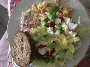 Po dlhej dobe slané raňajky. Bielkovinovy chlebík, cottage s tuniakom, cottage a čerstvá zelenina
