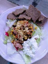 Salatik, mexicky tuniak, cottage, celozrnny chlieb a kokosove chilli chipsy🤤
