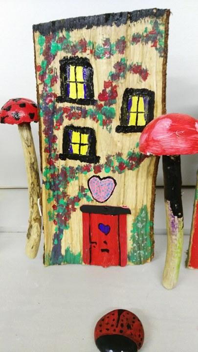 Domcek pre vily....namalovany na drevenom polienku rozrezanom na polovicu...robil jeden z ucastnikov tvorivej dielne na temu domceky pre vily ucastnici mali od 6 do 60 rokov