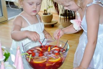 a najvacsi uspech malo detske bowle.. :)) heh... pomarancovy dzus, visnova stava, jemne perliva mineralka.. vykostkovane visne, jahody, hrozno, pomarance..aj kolieska aj kocky .).. a supla som tam aj banany.. lebo jablka som nemala.... :) mnam