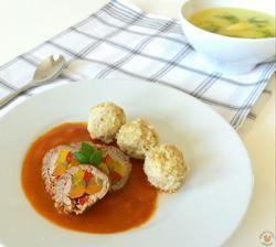 1r.+ Hovězí roláda s rajčatovou omáčkou a jáhovo-ovesné knedlíčky