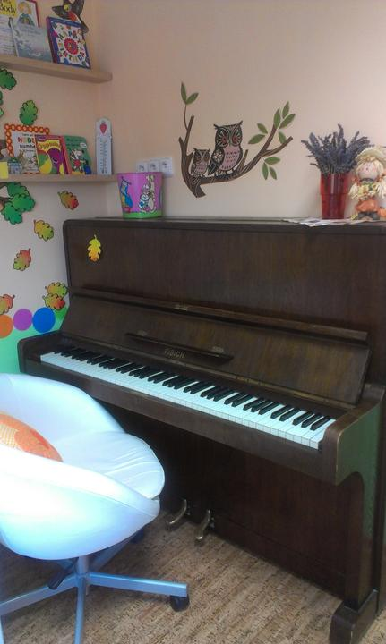 Hernicka pre detske centrum s jaslickami uz ma dalsi hudobny nastroj - klavir