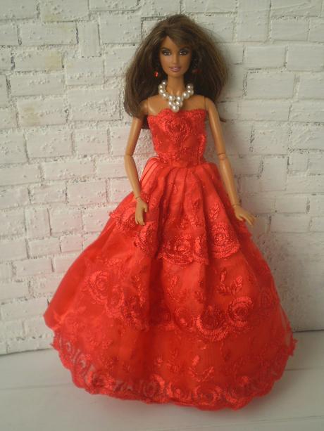 Červené večerné šaty pre barbie s doplnkami bf162d7e4f9