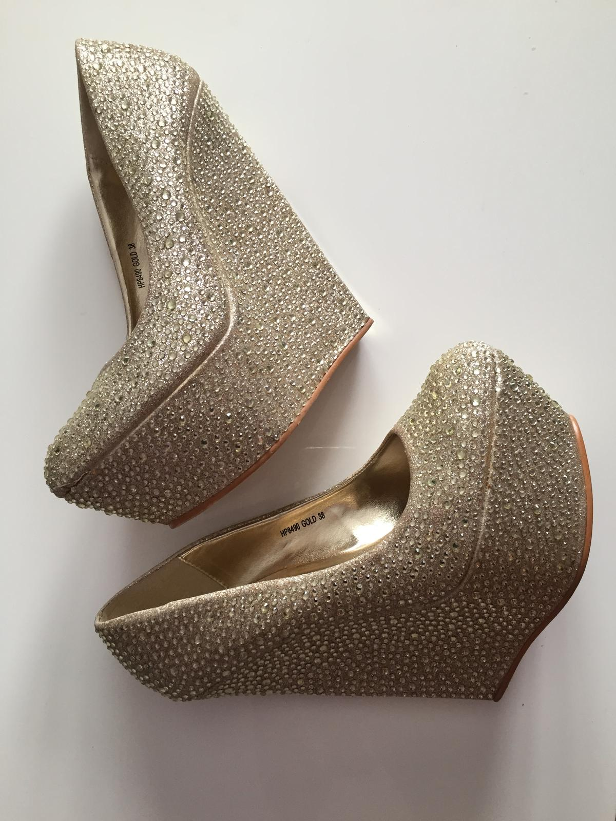 1bac4ad50ec81 Extravagantné topánky na platforme, 38 - 20 € od predávajúcej emeli124 |  Detský bazár | ModryKonik.sk