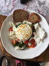 Dnešný slnečný obedík , camembert light z lidlu, čerstvá zeleninka ,cottage a bielkovinovy chlebík 🥗