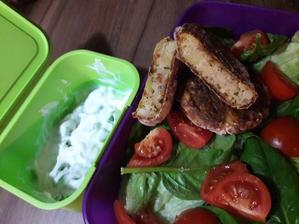 Obed do prace.Tuniakove fasirky,zelenina a ochuteny biely jogurt