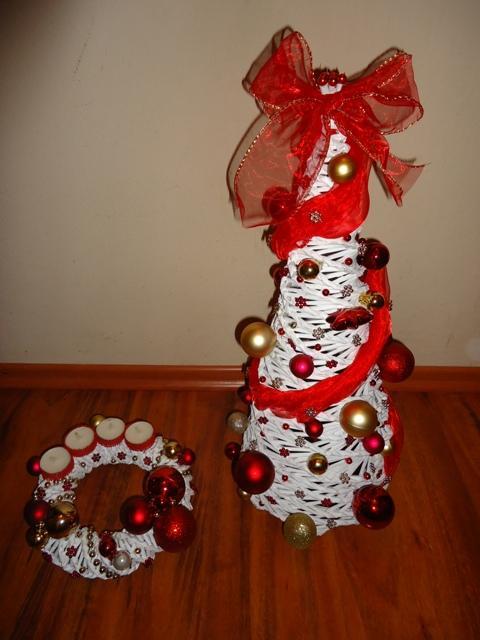 49e137de1 Na vianoce - pletené z papiera - stromček a venček - červeno-zlatá ...