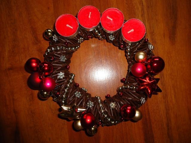 bb80a59bd Na vianoce - pletené z papiera - adventný venček - červeno-zlatý ...