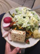 Dnešný obed, tofu ,  grilovaná aj čerstvá zelenina a pod všetkým quinoa