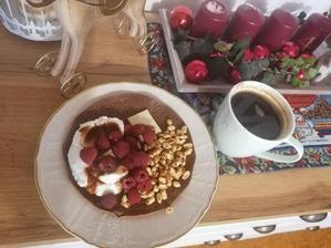 Cokoladova palacinka, maliny, skyr, biela cokolada so slnečnicovými semiackami a medove cerealie preliate rozpustenou čokoládou