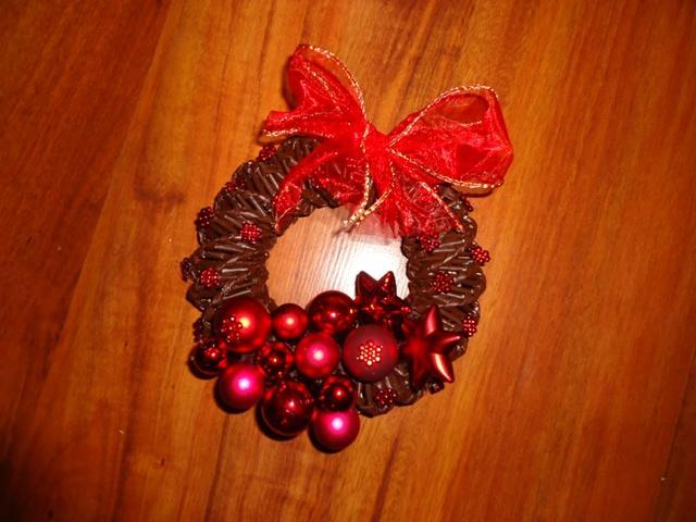 eeb69075d Na vianoce - pletené z papiera - malý vianočný venček na zavesenie ...