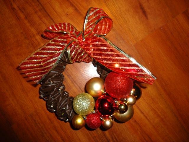 0af3f4eaf Na vianoce - pletené z papiera - venček na dvere - zlato-červený ...