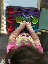 Triedenie farieb pomocou formičiek na mafiny a farebných paličiek 😉 ani som Lilke nemusela vysvetľovať čo od nej chcem hneď vedela čo má robit 😜👍🏼