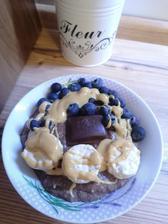 Coko proteinova kasa s cukinou, ryzove chlebicky v bielej cokokade, horka cokolada s brusnicami, cucoriedky a arasidove maslo