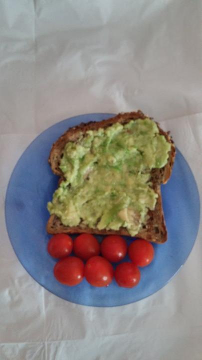 Dnesne ranajky hrianka z abenbrotu, avokado s citronom a domace rajcinky