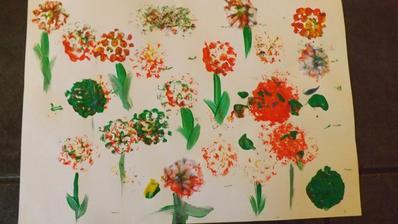 peciatkovali sme plastovym vrchnakov obalenym bublinkovou foliou a vznikli nam kvety