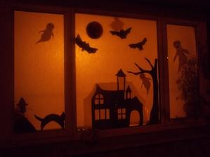 nasa halloweenska dekoracia do okna....vystrihala som z papiera...chlapci robili z toaletnych roliek netopierov a macicky{dalsie su v dome} a na rozdiel od ostatnych sme si tak vyzdobu vyrobii a nie kupili