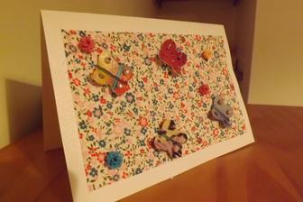 tak tato je komplet cela z odpadu....tapeta je latka z bluzky podlepena na papieri a tak nalepena na tvrdy papier, motyle su z obalu od cerealii a vzor na nich su vystrizky z casaku.