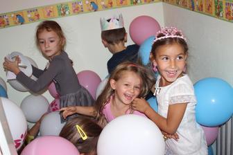 Hľadanie indícií medzi balónmi je veľká zábava!