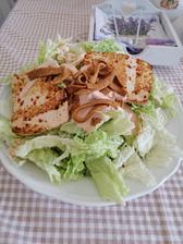 Salatik z tofu a šošovicove chipsy s chili