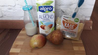Kukuricno-pohankova kasa zarobena v mandlovo-ovsenom mlieku s ovocim