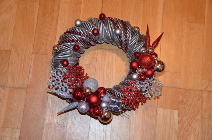 8018cc2d3 Na vianoce - pletené z papiera - venček na dvere - priemer 30 cm ...