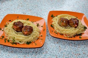 masove gulicky ala fasirky, teda take vacsie .).. so spagetami.. mnaaam.. zobacik z cherry paradajky.. oci to biele cukrove zdobitko-tubicka :) a ocka gulocky z jogurtu..