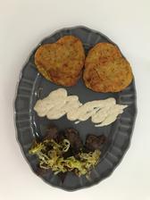 Steaky z panenky 🍖 mrkvovo-zemiakové placky 🥕🥔 a jogurtový dresing, opražena cibuľka 🍴