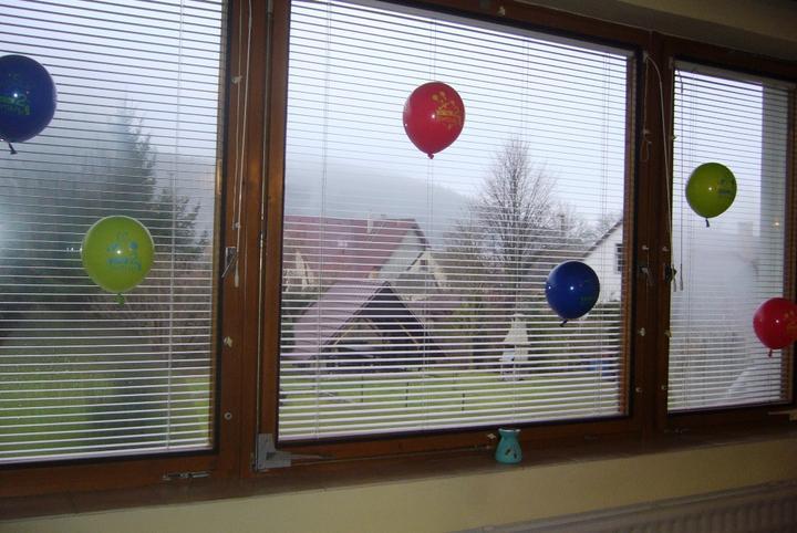 Balóniky držia pomocou obojstrannej pásky...:-)