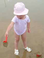 Eťka pri hraní v piesku