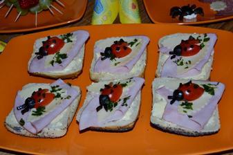 chlebicky lienky :) lienka na dvoch listoch zo syra :) cherry paradajky+olivy :)