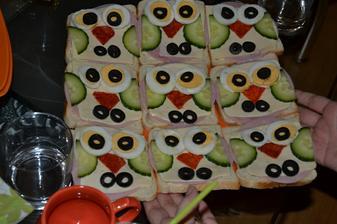 nase tradicne.. chlebicky-sovicky :) sunka+syr+uhorky+valicka+suchy salam+olivy :)