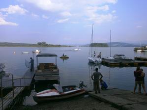 Prístav sme mali pár metrov za chatkou....