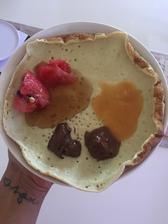 Domáca bananovo-škoricova palacinka, melon ( ostatok som zjedla pri krajani😂), orieskove masla, dzem a kokosovo-vanilkové maslo:)