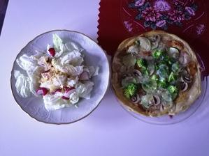 Pizza zo spaldovej muky a tvarohu, čerstvý salat s chilli kokosovými chipsami