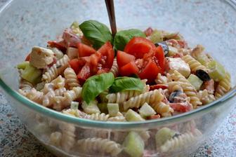 vyborny typ na chutnu a rychlu veceru.. cestoviny+paradajky+uhorky+cierne olivy+tuniak kusky+feta syr+sol+korenie+salatove korenie+kysla smotana+biely jogurt :)