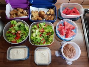Takto to u nás vyzerá každý deň.Raňajky (iba pre mňa),deziata a obed pre mňa a manžela do práce